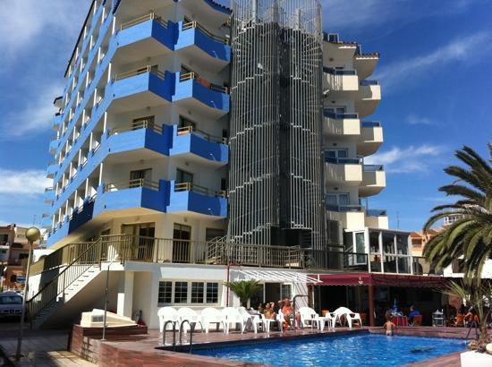 Sunday's Beach: Las terrazas azules son del Sunday's las de la derecha es el hotel anexo Hey
