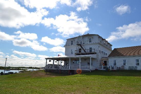 Narragansett Inn: side view of inn