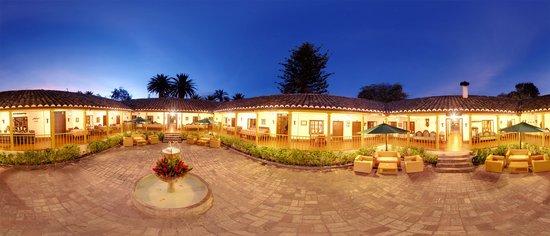 Hacienda- Hosteria Chorlavi: Patio principal en la noche
