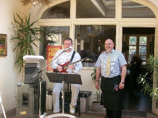 Duna Corso etterem es kavezo : Jazz guitar guy & waiter...