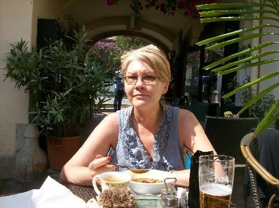 Duna Corso etterem es kavezo : Ewa enjoying our lunch in the sunshine...