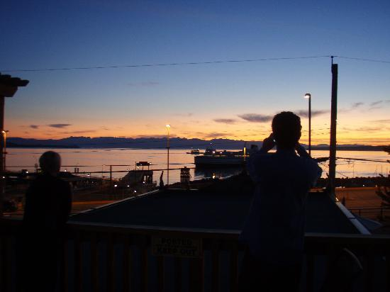 Powell River Harbour Guesthouse: sunset view from hostel sundeck
