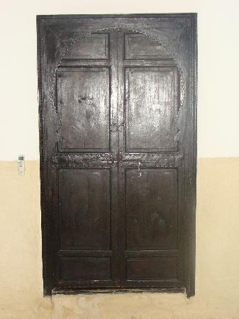 Riad Al Andaluz: Wooden doors between room and bathroom