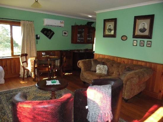 Killynaught Spa Cottages: Aunt Aggie's living room