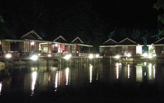 Paya Beach Spa and Dive Resort : Anlage bei Nacht