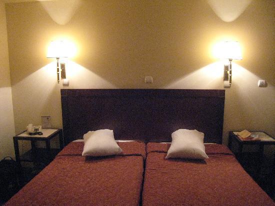 Best Western Pythagorion Hotel: シンプルな作りのベッドルームです