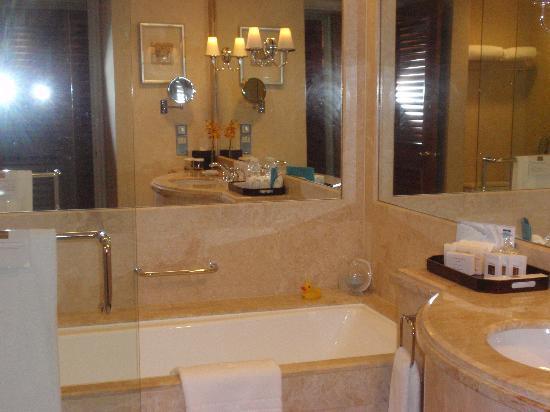 โรงแรมคอนราด เซ็นเทนเนียล สิงคโปร์: Baño