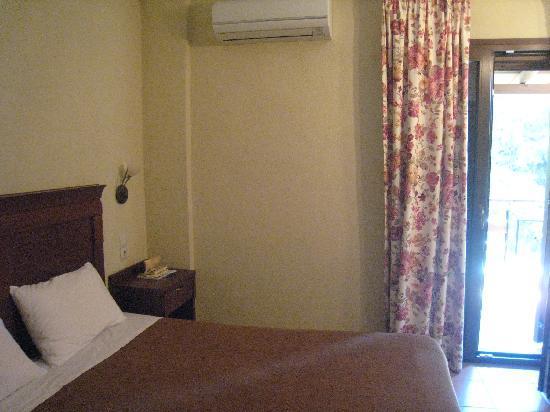 Dellas Boutique Hotel: カランバカのまぶしい太陽がさんさんと降り注ぐベッドルーム