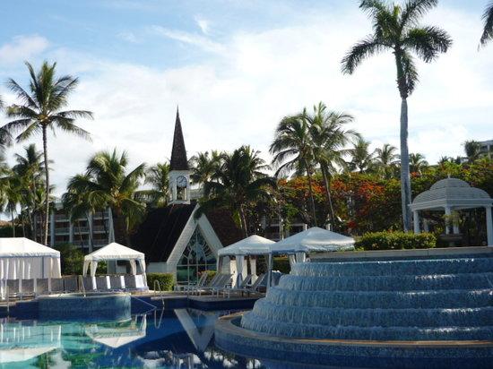 Grand Wailea - A Waldorf Astoria Resort: 教会のあるお庭をバックにセンターのプール