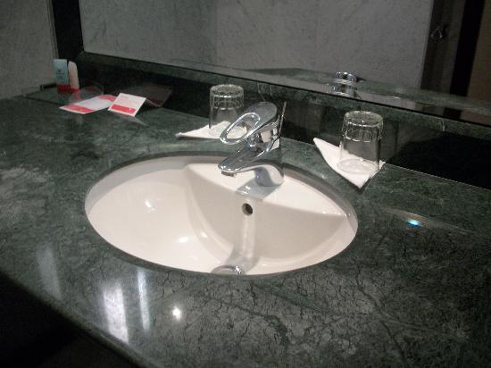 Ramada Fes: il lavabo di marmo verde