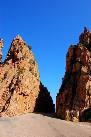 Les Calanche Cliffs : uno dei passaggi della strada attraverso le Calanche
