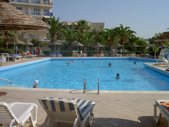 Pegasos Deluxe Beach Hotel: Piscine pour 500 personnes