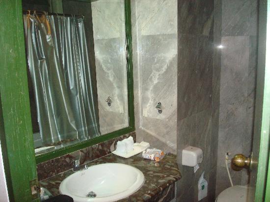 Kao Yai GrandView Resort : The bathroom - a little dark