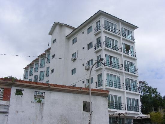 Hostal Marina Real: as you walk from the floating bridge