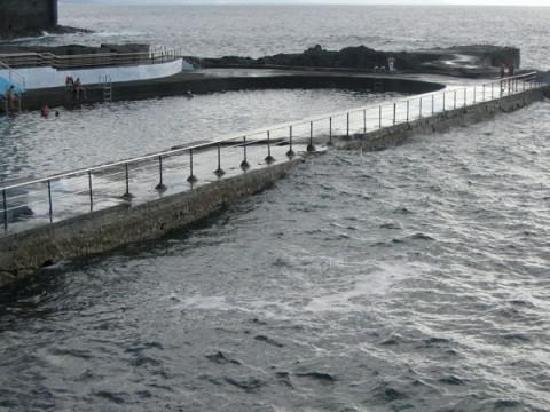 Garachico, España: Le onde che portano l'acqua dentro la piscina naturale