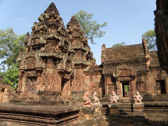 บันเตยเสรย: Motivos ornamentales y estatuas de monos