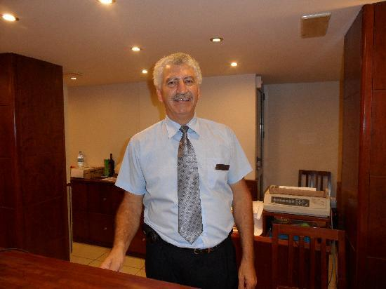 Manousos City Hotel : Vasilis, our night receptionist