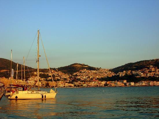 Emily Hotel: Eveningtime portside in Vathy