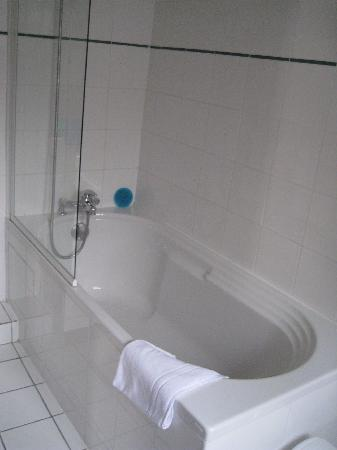 Hotel Jeanne d'Arc: Bathroom with the double room ( 2 singles)