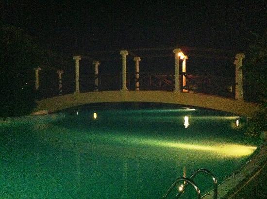 Villaggio Turistico Akiris: Ponte sulla prima piscina