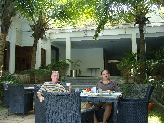 Citrus Sriperumbudur: breakfast near pool