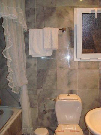 Helena Hotel: bathroom