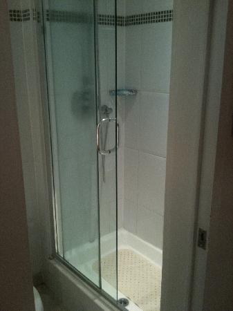 Hilton London Kensington: Shower area