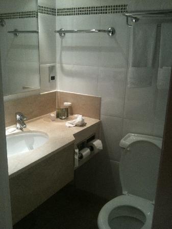 Hilton London Kensington: Bathroom