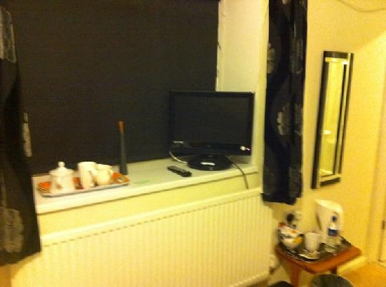 Brewery Farm House: My Room - The TV and Coffee Making Facilities