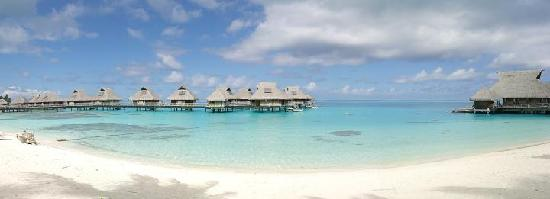 Conrad Bora Bora Nui : Landscape from the beach at the Hotel