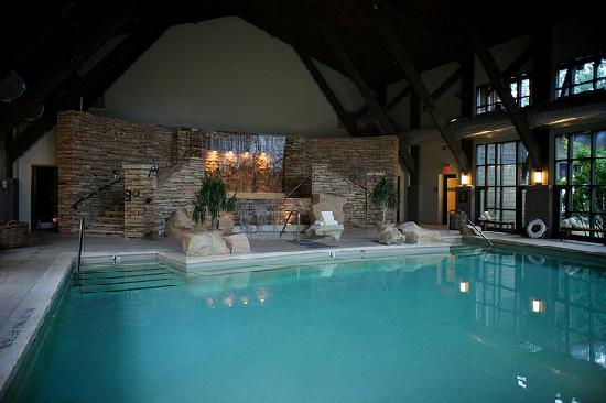 The Lodge at Woodloch: The waterfall is amazing...