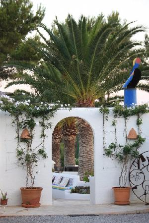 entrance to pool and restaurant
