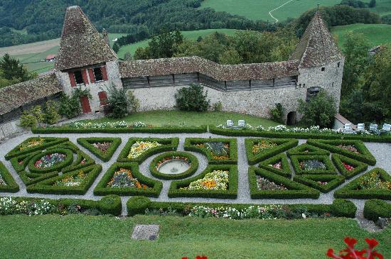 Castle of Gruyeres: Gorgeous flower garden