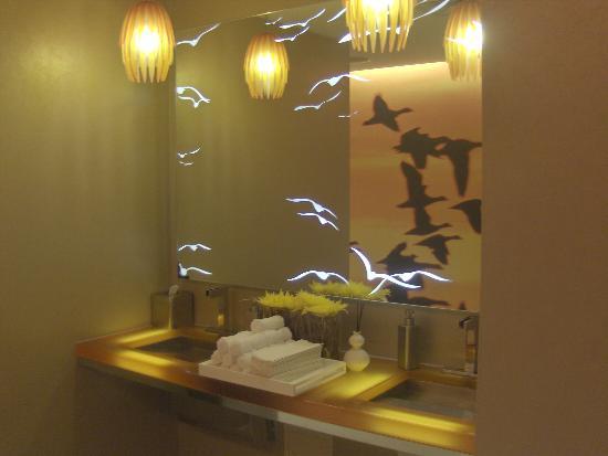 Renaissance Arlington Capital View Hotel Lobby Bathroom