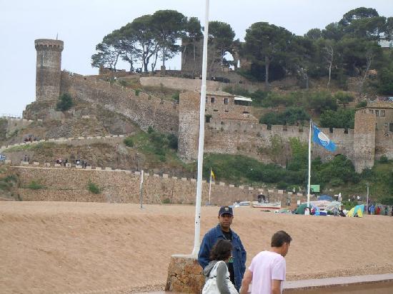 Museo del Far de Tossa: IN front of castle