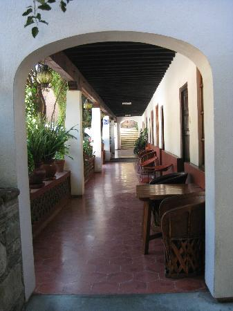 Embajadoras Hotel: Rooms on right of hallway
