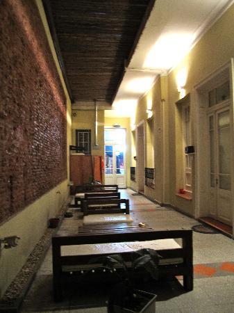 Gurda Tango Boutique Hotel: Courtyard at night