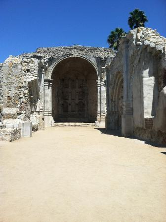 San Juan Capistrano, Califórnia: The original church - destroyed in an earthquake after only 6 years! So poignant.