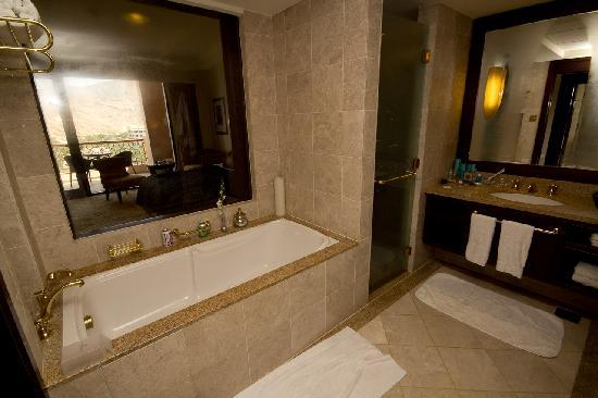 Shangri La Barr Al Jissah Resort & Spa-Al Husn: The bathroom with glass to see through out your balcony.