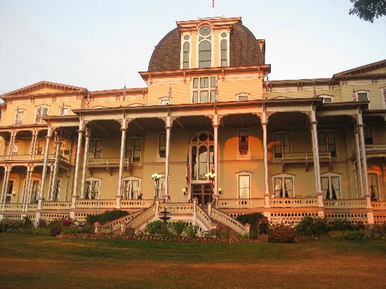 Athenaeum Hotel : The front of the hotel that overlooks the lake
