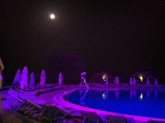 Club Med Opio Provence : 夜のプールサイド