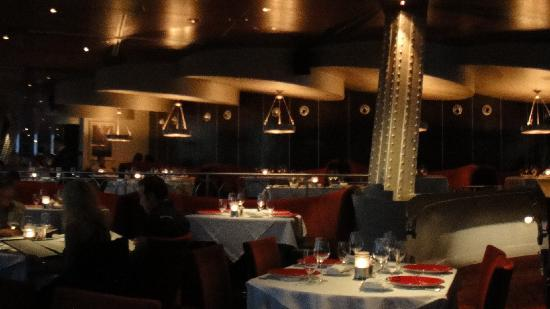 Dining room at night picture of eiffel tower restaurant for Restaurant la salle a manger paris