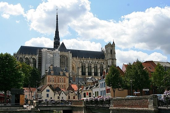 Amiens, Frankreich: The cathedral towers over the village