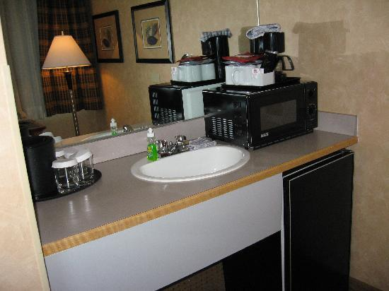 Best Western Plus Suites Downtown: kitchenette