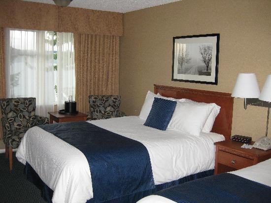 BEST WESTERN PLUS Country Meadows Inn : Renovated room, comfy beds