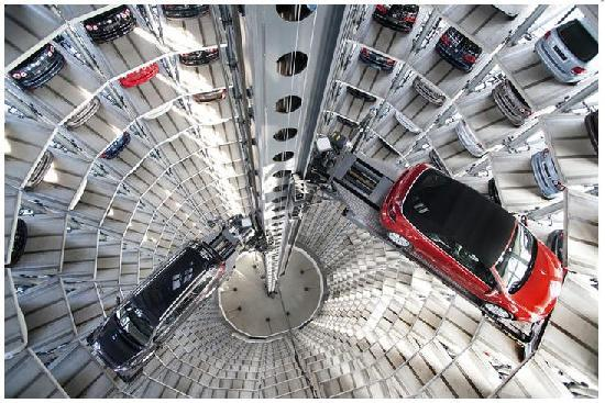 Wolfsburg, Tyskland: The Glass Car Tower inside.