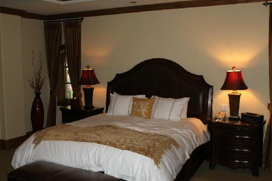 Arrabelle at Vail Square, A RockResort: Bedroom with comfy cozy king bed