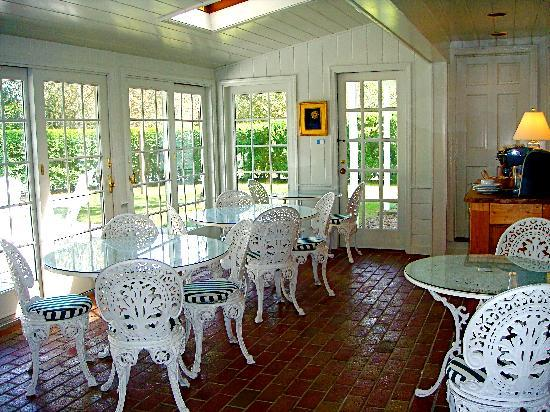 Chatham Gables Inn: Bright and sunny breakfast room