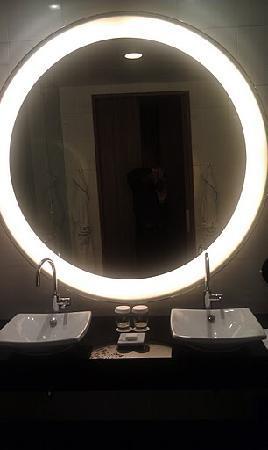 Conrad Tokyo: Bathroom