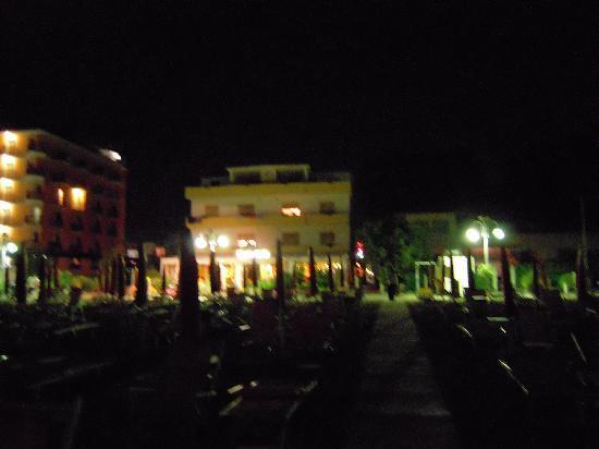 Hotel Silva: hotel la sera visto dalla spiaggia